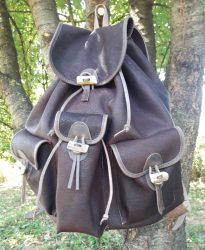 Közepes szarvasbőr hátizsák agancs gombokkal